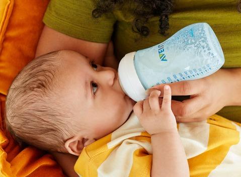 scf695_9oz_bottlefeeding3_blue_pup_rgb_web.jpg